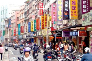 10766_Busy Tamsui street